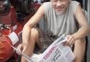 Homme qui lit le journal