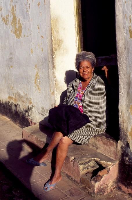Cubaine assise au soleil