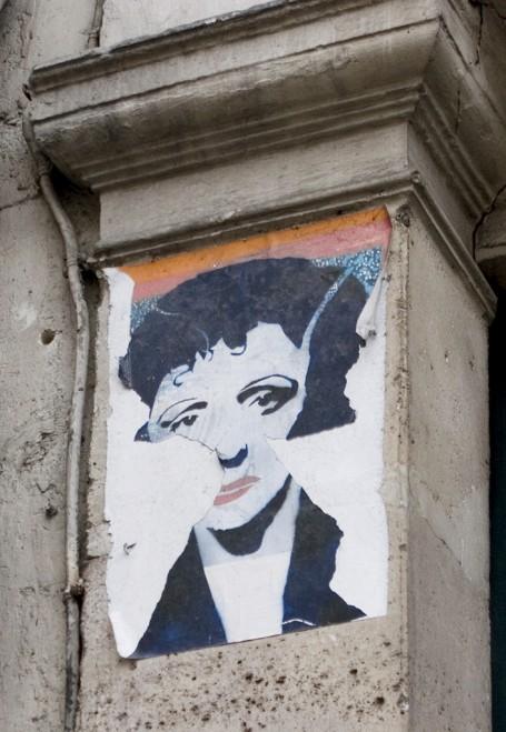 Devant la maison de la môme Piaf