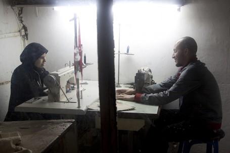 Une femme et un homme dans un atelier de couture marocain